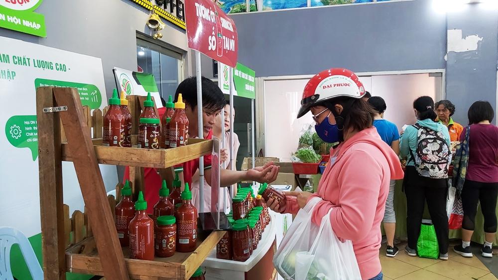 Tương ớt Vị Hảo chinh phục khách hàng Phiên chợ Xanh – Tử tế